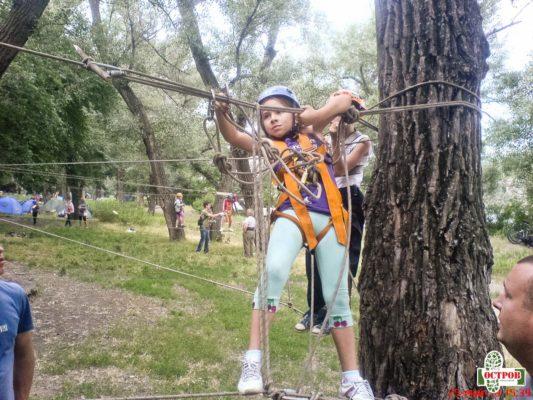 ребенок в веревочном парке