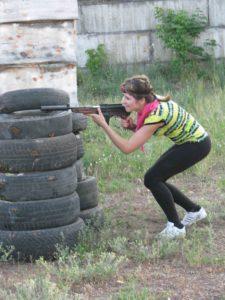 девочка стреляет автомат