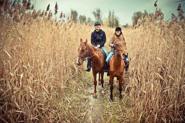 пара катается лошади